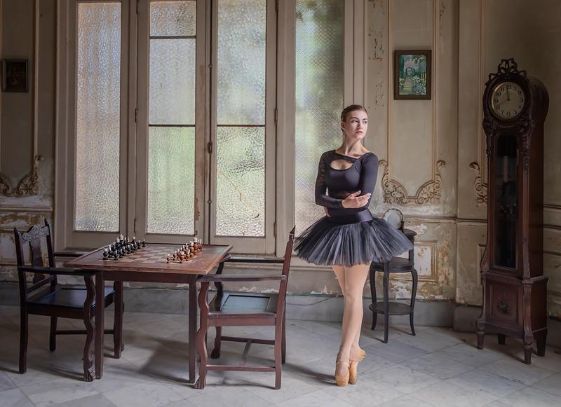 MCPF Medal David Gibbins - Ballet Dancer by Chess Board - Sue Critchlow - England