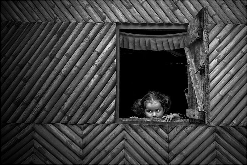 GPU Silver - Peeping Child 4 - Shuvashis Saha EFIAP EFIPGOLD - India